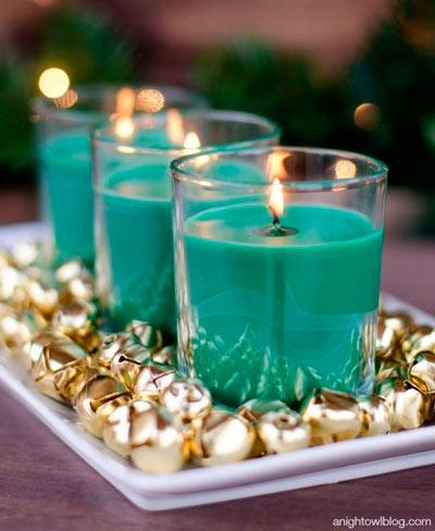 Centro de navidad sencillo con velas y cascabeles