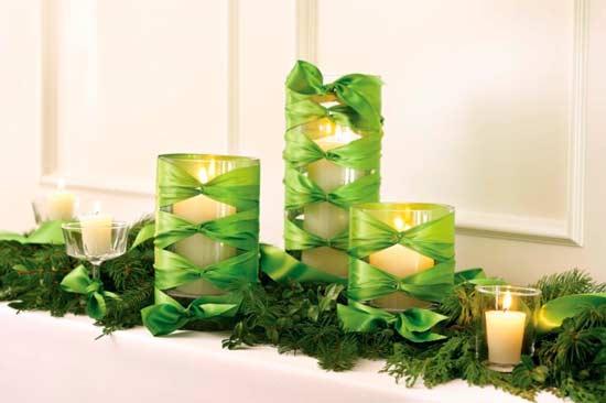 cirios decorativos de la mesa de navidad con cintas de colores