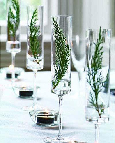 Decoración navideña para la mesa con hojas de pino