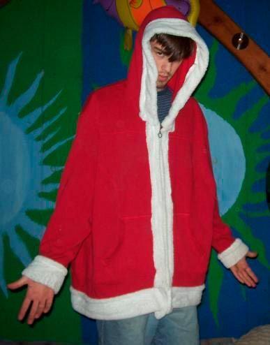 disfraz de papá noel fácil reutilizando un jersey rojo con capucha