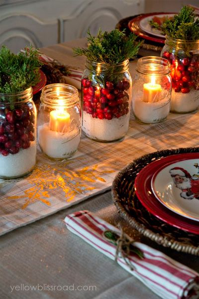 Centro navideño con tarros que llevan: arándanos, araucaria o juniperus y velas.