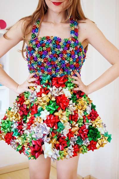 vestido para navidad o fin de año hecho con lazos de regalo