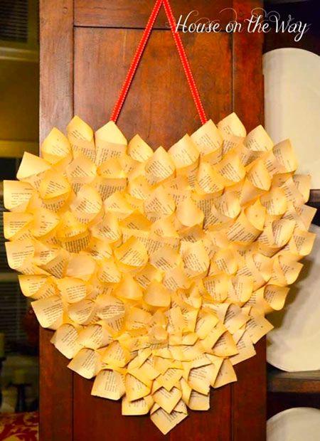 corona decorativa para regalar a pareja con forma de corazón, hecha con hojas de papel de libros antiguos