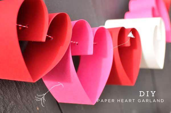 guirnalda romántica con corazones hechos con cartulina