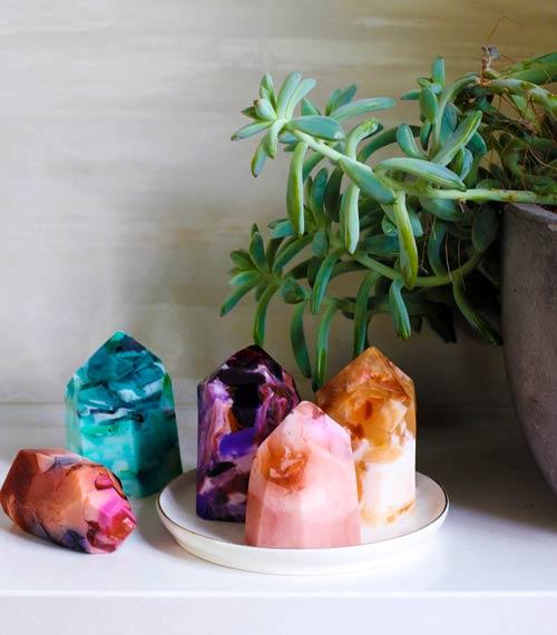 idea para el dia de la madre, original y barata: jabones hechos a mano en forma de cristales preciosos y gemas como el cuarzo o la amatista