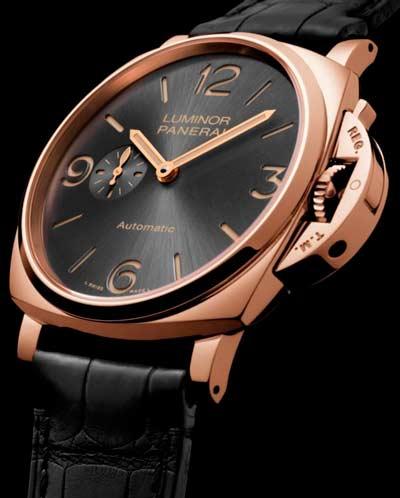 reloj panerai auténtico con los brazos curvados