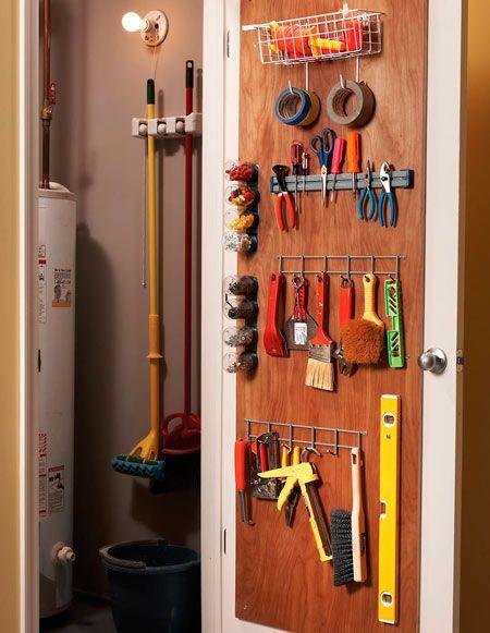 colgadores detrás de una puerta para organizar herramientas y aprovechar el espacio