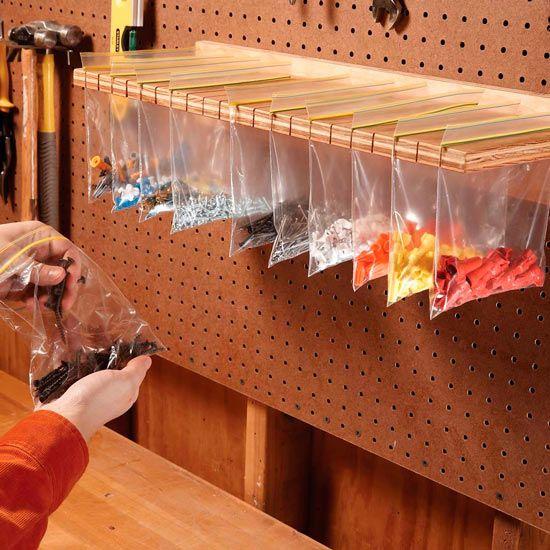 idea para guardar piezas pequeñas en bolsas zipplock colgadas de un panel de herramientas