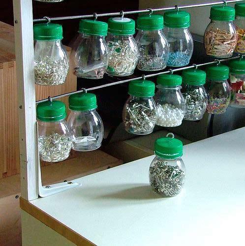 truco para guardar y ordenar piezas pequeñas con tarros colgantes