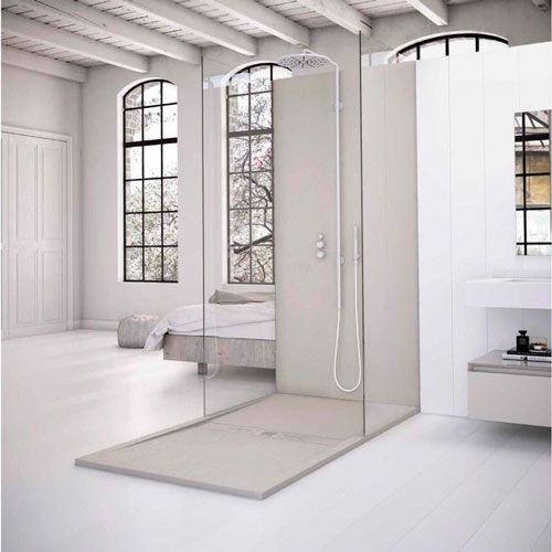 monoambiente moderno con ducha de plato dentro de la habitación