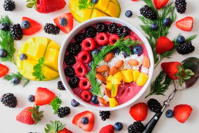 desayuno completo y saludable con frutas y avena