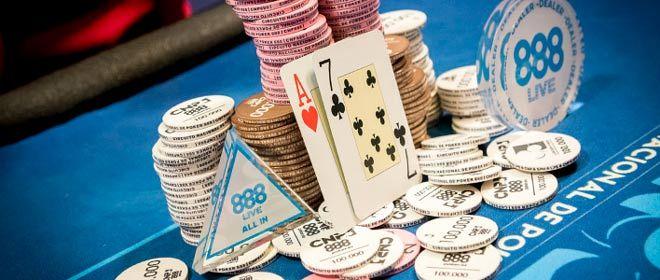 fichas de poker y cartas con los logotipos del cnp888