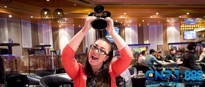 mujer sosteniendo un trofeo del cnp de 2018