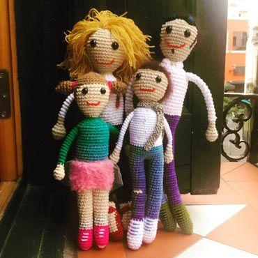 amigurumis de toda la familia, personalizados con complementos (papá, mamá e hijos)