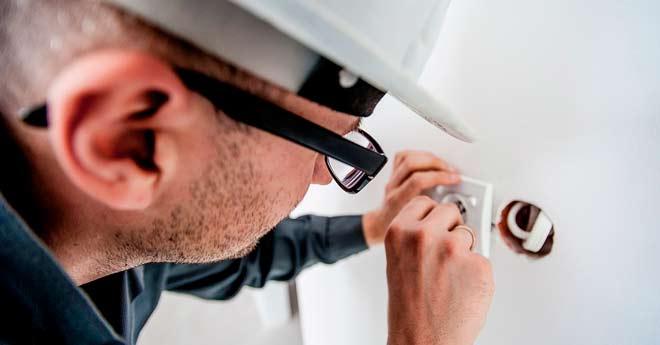 tecnico haciendo una reparación del hogar