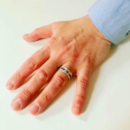anillo con forma personalizada y grabado con la onda sonora de un mensaje de voz secreto oculto en un código QR