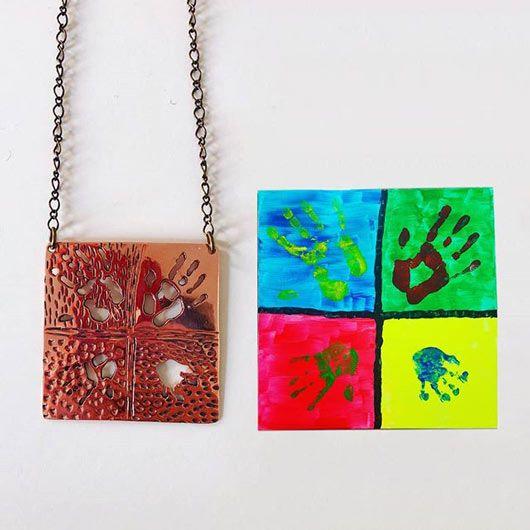 colgante o joya personalizada a partir de un cuadro pintado con las huellas de las manos de toda la familia
