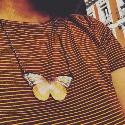 colgante esmaltado de una mariposa de colores