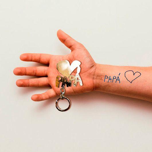llavero ideal para el dia del padre, personalizado con un corazón y la palabra papá escritos a mano por tu hijo