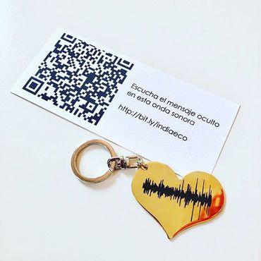 llavero con forma de corazón grabado con la onda sonora de un mensaje de voz secreto oculto en un código QR