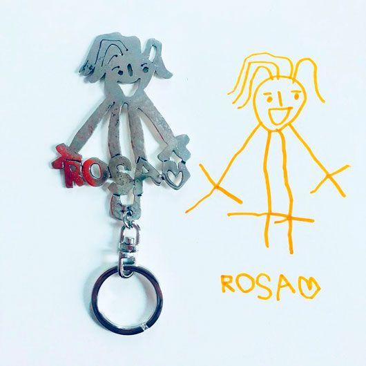 llavero con forma adaptada de un dibujo infantil con el nombre escrito con la letra del niño