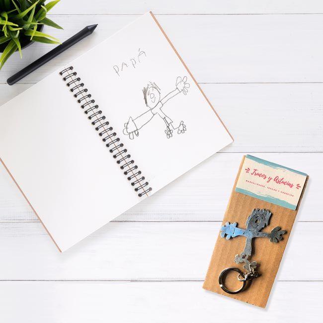 llavero hecho a mano a partir de un dibujo hecho por un niño