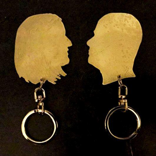 llaveros personalizados con la forma del perfil de una persona