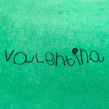 nombre escrito por una niña para hacer una pulsera personalizada