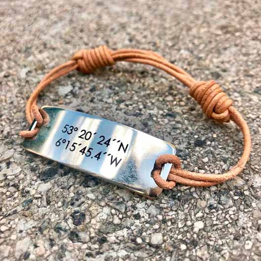 pulsera de alpaca y cuero personalizado con las coordenadas del lugar donde os conocisteis