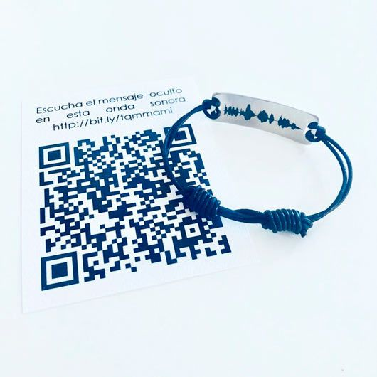 pulsera con forma personalizada y grabado con la onda sonora de un mensaje de voz secreto oculto en un código QR