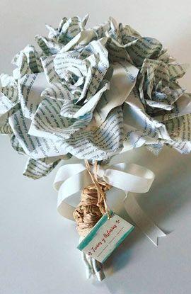 ramo de novia con flores hechas con hojas de libros