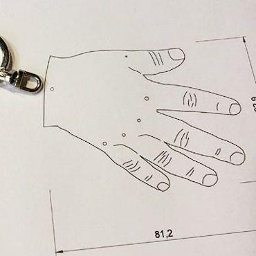 boceto llavero forma mano de niño pequeño o bebé
