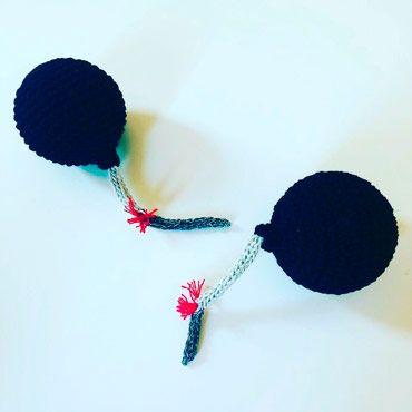 pelota antiestres con forma de bomba hecha a ganchillo creativo