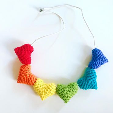 collar para el orgullo lgbtiq+ con corazones de colores hechos con ganchillo