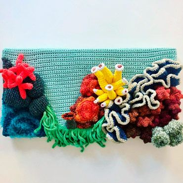 cuadro de crochet con un jardin vertical de arrecife de coral de ganchillo