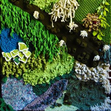 jardín vertical de ganchillo crochet con algas y plantas marinas