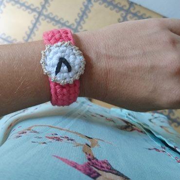 mujer con reloj crochet personalizado con la hora de su nacimiento