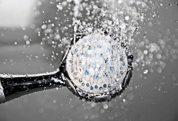 alchachofa de ducha en funcionamiento