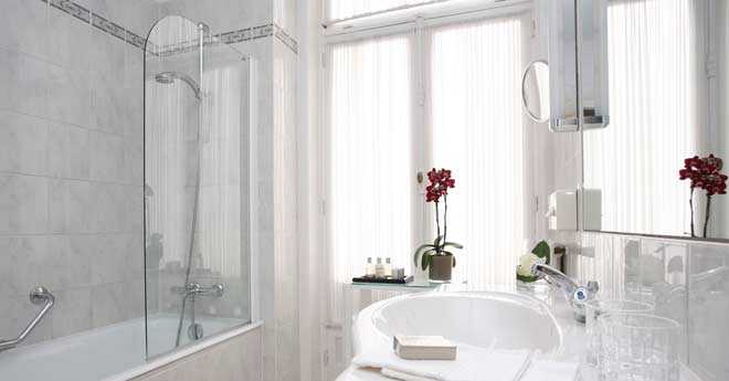 mampara elegante en un baño sencillo