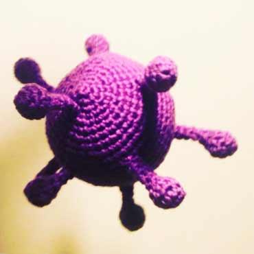 muñeco crochet personalizado virus lila de ganchillo