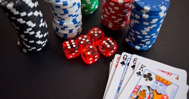 juego de cartas de poker, fichas y dados