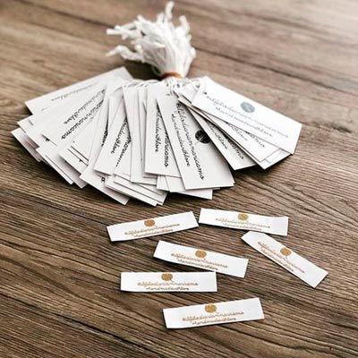 ejemplos de etiquetas para colgar y para coser en la ropa