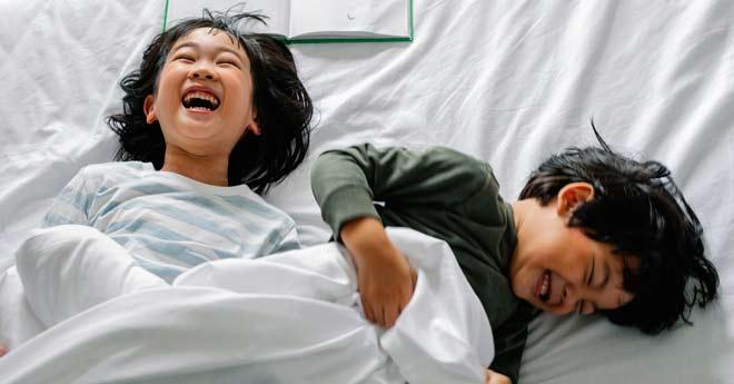 niños que se han hecho pis en la cama y han manchado el colchon